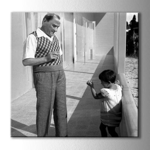 .Atatürk ve Kız Çocuğu Kare Kanvas Tablo