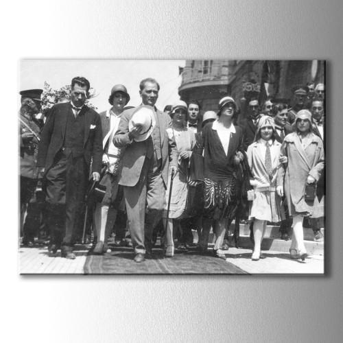 Halkın Arasında Atatürk Kanvas Tablo