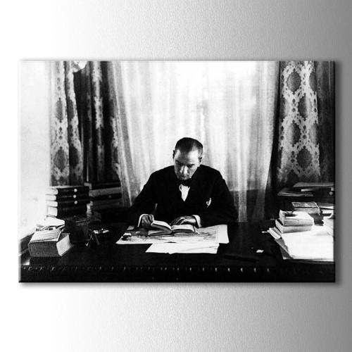 Kitap Okuyan Atatürk Siyah Beyaz Kanvas Tablo