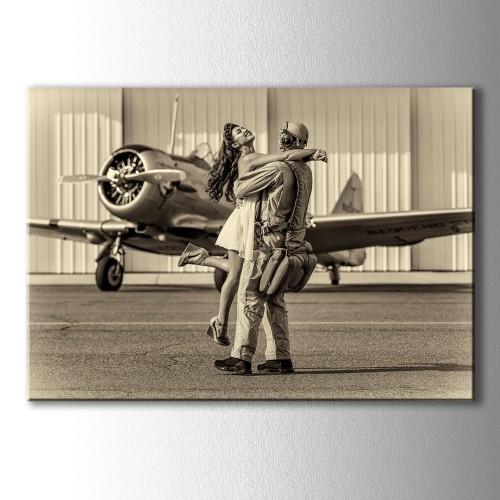 Uçak Önünde Sarılan Çift Kanvas Tablo